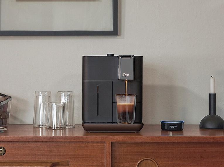 Tchibo QBO Kaffeemaschine auf einer Kommode aus Holz